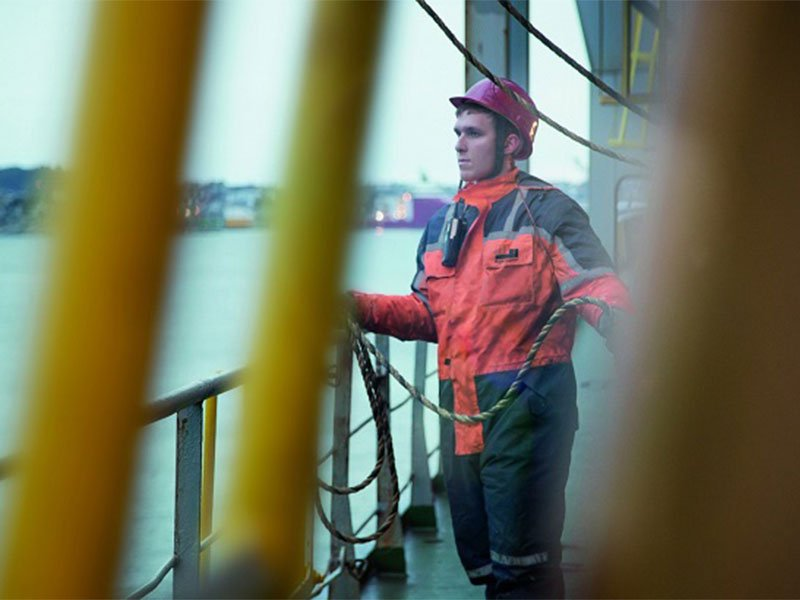 seafarer-holding-cable